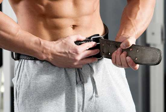 fit man wearing the lifting belt