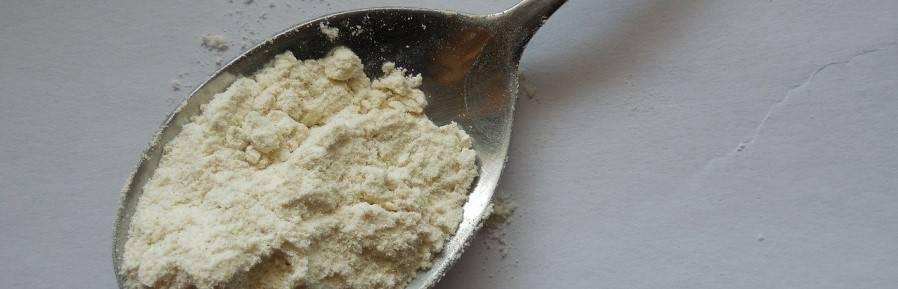 creatine powder in spoon