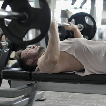 close grip bench press using a smith machine
