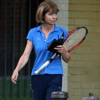Anna Wintour holding a tennis racket