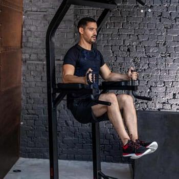 man doing vertical knee raises