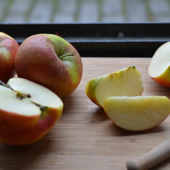 chopping board with sliced apples on top
