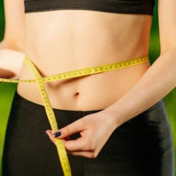 Measuring the stomach size with a measuring tape