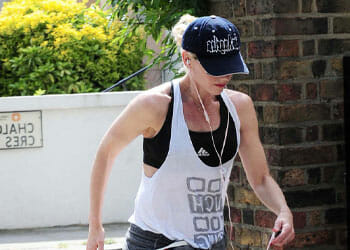 gwen stefani walking out in gym clothes